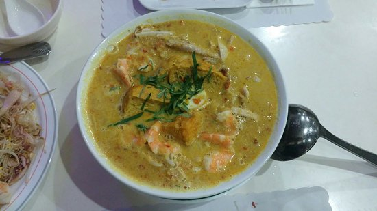 Monterey Park, Califórnia: The famous Singapore Laksa. Decent portion but  bland curry soup.