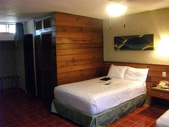 سويتس كولونيال: Suites con clima, baño, mesa y pantalla