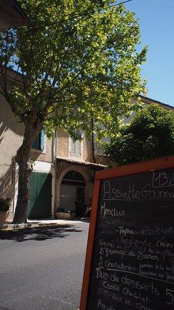Banon, Francja: Outside seating