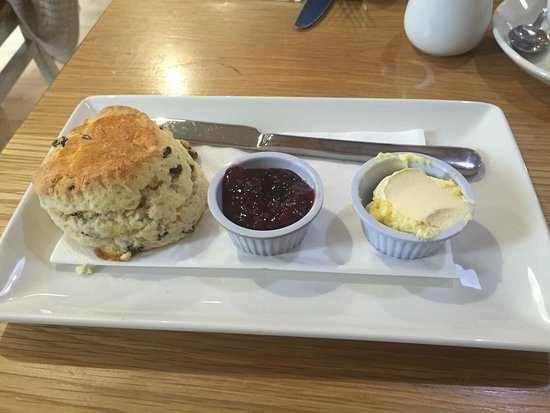 Linlithgow, UK: Scone, Jam & Clotted cream