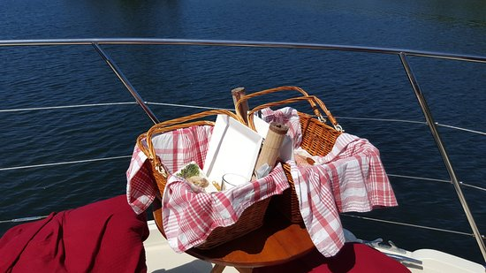 Ucluelet, Canadá: Picnic lunch on the front deck
