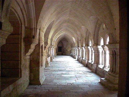 Montbard, Fransa: Un corridoio del chiostro