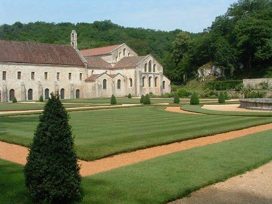 Montbard, Fransa: Veduta parziale dell'abbazia