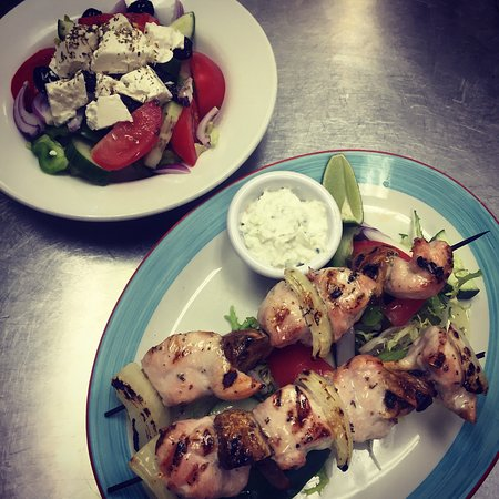 Cramlington, UK: Chickensouvlaki with fresh tasty greek salad