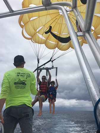 Ka'anapali, Havaí: Coming in for a landing after parasailing.