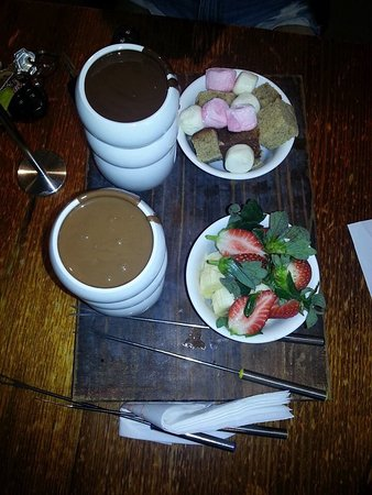 Robina, Αυστραλία: Chocolate with marshmallows and fresh fruit = Yum!