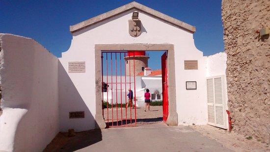 Sagres, โปรตุเกส: Primeiro portao de entrada. Apos este, tem a entrada do sitio propriamente dito. Paga-se 3 euros