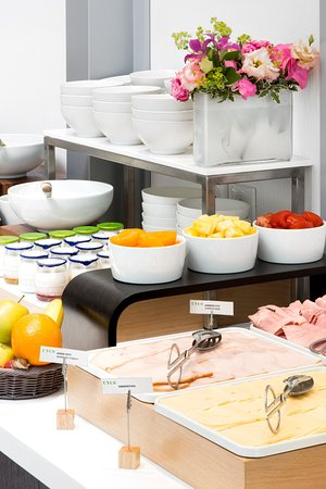 Clichy, Francia: American Buffet Breakfast with large selection of fresh products