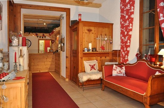 Champery, Szwajcaria: Entrance to the reception