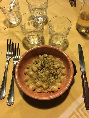 Roccalumera, Italia: Gnocchi pistacchi e noci