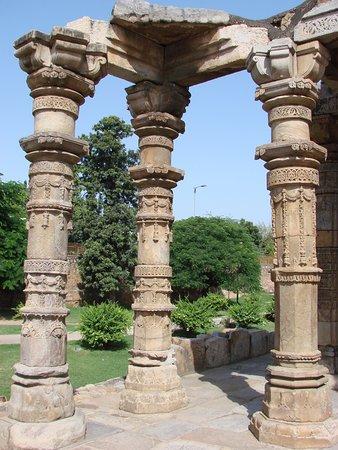 กุตับมีนาร์: Detalle de las columnas de la antigua mezquita