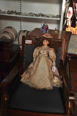 Gundagai, Australia: old dolls and gemstones