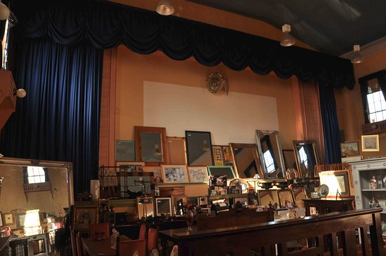 Gundagai, Austrália: various picture frames and furniture