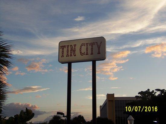 Tin City: Entrada