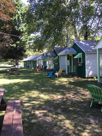 Rowe's Lake Breeze Cottages: photo1.jpg