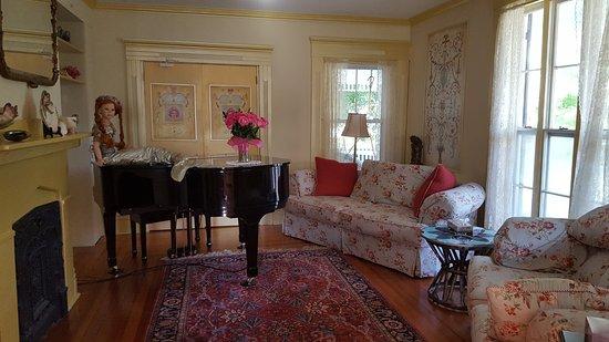 Mermaid Inn of Mystic: Living room