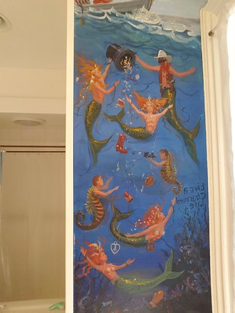 Mermaid Inn of Mystic: mural in the Ivory room bathroom