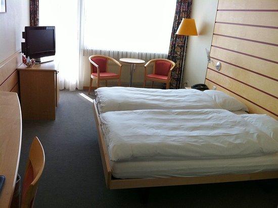 Twann, Switzerland: Twin beds balcony