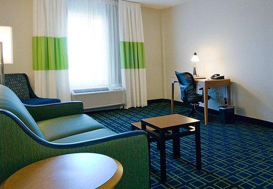 Plainville, CT: King Suite Living Area