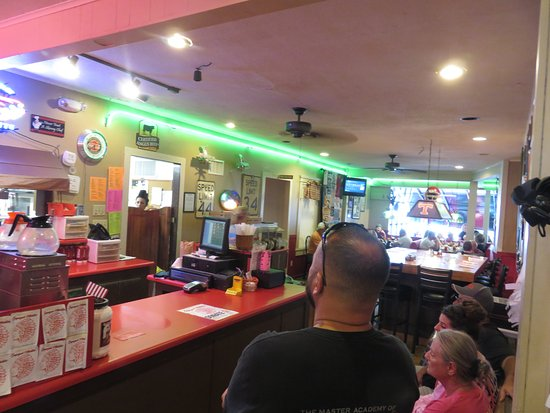 Madisonville, TN: Waiting for a Table - Bert's Grill & Pizzeria