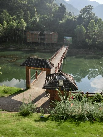 Ruyuan County, Cina: A bridge in Bibei Yao Village