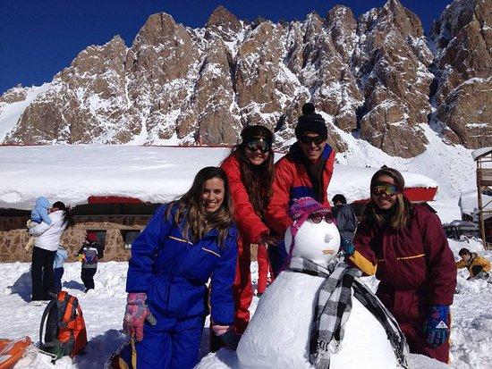 Província de Mendoza, Argentina: Eu, meu irmão e duas amigas. Nosso espírito de criança falou mais alto, fizemos um boneco de nev