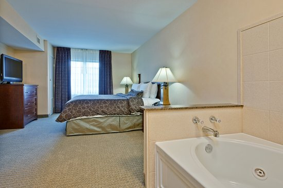 Clarence, NY: One Bedroom Jacuzzi Suite