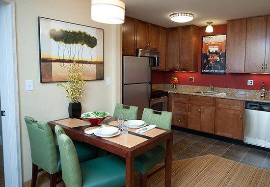 Auburn, ME: Suite Kitchen