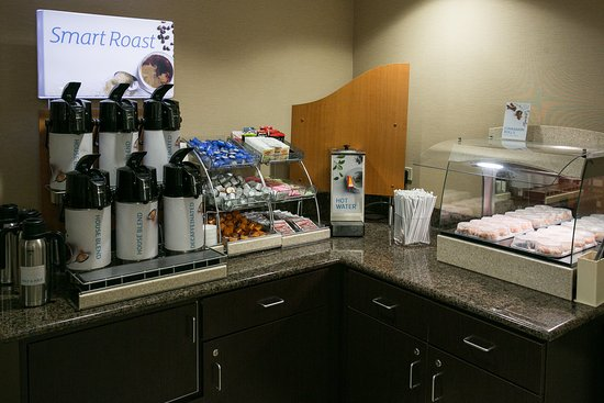 Holiday Inn Express Columbus - Dublin: Smart Roast Coffee & Cinnamon Rolls