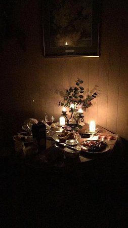 Katikati, New Zealand: A gorgeous candle lit happy hour in our cabin