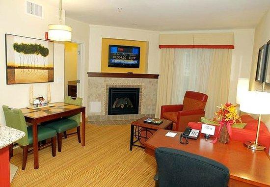 Yonkers, estado de Nueva York: One-Bedroom Suite Living Room