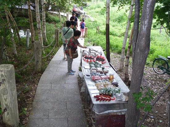 Qingshan Ditch: Forest food sellers every where