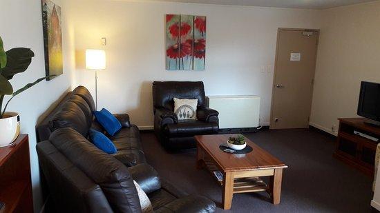 Serenity Motels: Living 3-Bdrm Apartment