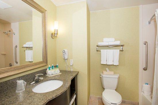 Holiday Inn Express & Suites Richwood Kentucky Bathroom