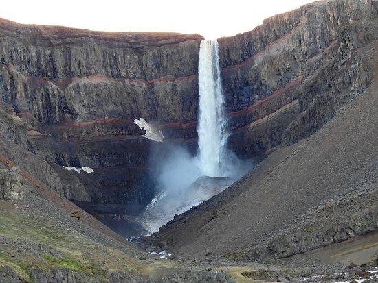 Hallormsstadur, Islanda: Hengifoss waterfalls - granite between ayers of red clay