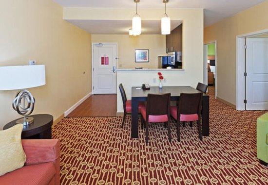 Owasso, Оклахома: Two-Bedroom Suite Living Area