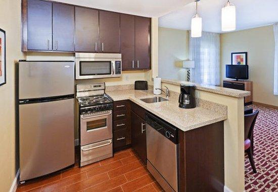 Owasso, Оклахома: Two-Bedroom Suite Kitchen