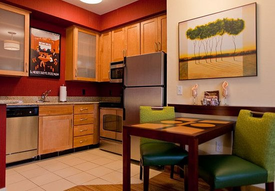 Florence, AL: Suite Kitchen