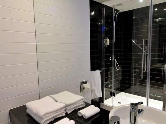 Slough, UK : Guest Bathroom