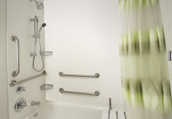 Woodbridge, VA: Accessible Guest Bathroom