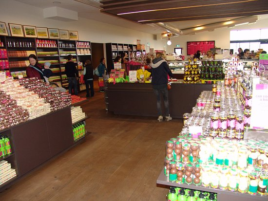 Yarra Glen, Avustralya: Looking into the main shop area towards the cafe at far end