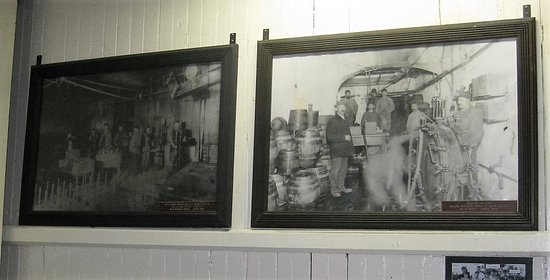 Pottsville, Pensilvania: Photos on wall in brewery.