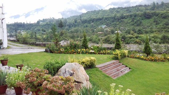 Citrus Manali Resorts: Hotel has a awesome garden.
