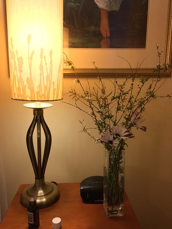 Kangaroo Valley, Australia: master bedroom with my friend's freshly cut flowers from the garden