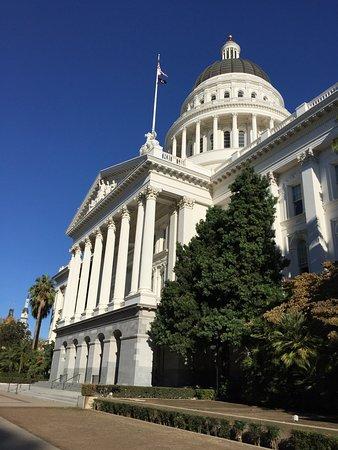 California State Capitol and Museum: Vista frontal del Capitolio.