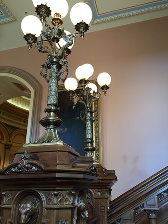 California State Capitol and Museum: Tallado madera y metal.
