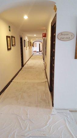 TRH Mijas: Pasillo lleno de manteles por el suelo para secarlo en horario diurno.