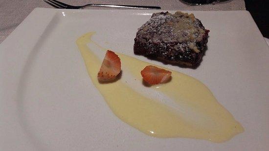 Tallink Hotel Riga: Cena composta da insalatina con salmone affumicato - secondo piatto di salmone in salsa su letto