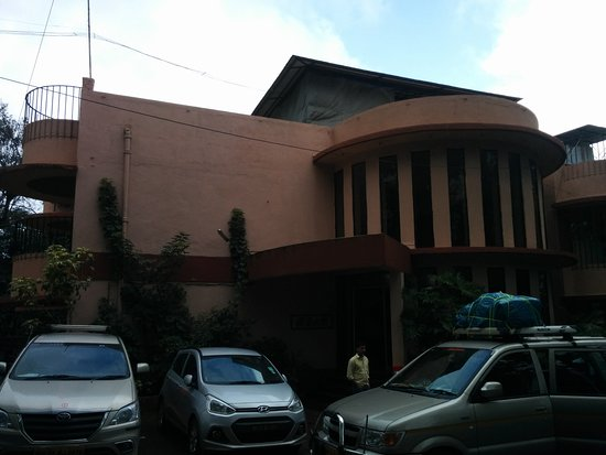 Hotel Gitanjali : Parking area in front of hotel