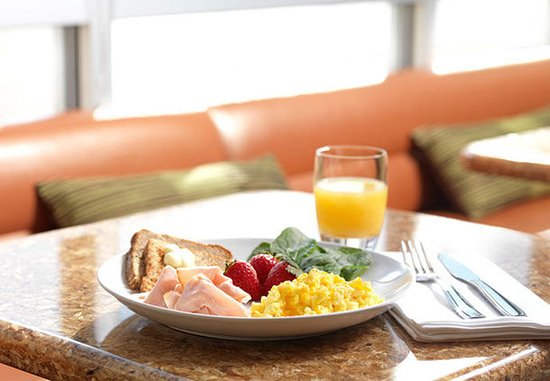 Moosic, PA: SpringHill Suites Hot Breakfast